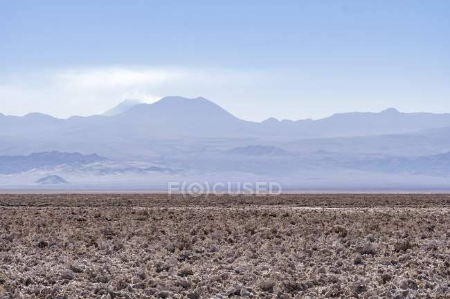 Salt desert Salar de Atacama and Andes with volcano Lascar, Atacama Desert, Regin de Antofagasta, Chile, South America — Foto stock