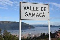 Nebel über der Stadt und Zeichen des Valle de Samaca — Stockfoto