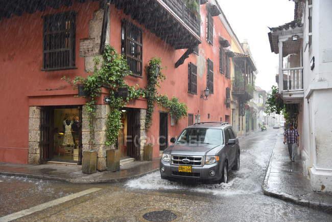 Observando la vista en la calle de la ciudad bajo fuertes lluvias - foto de stock
