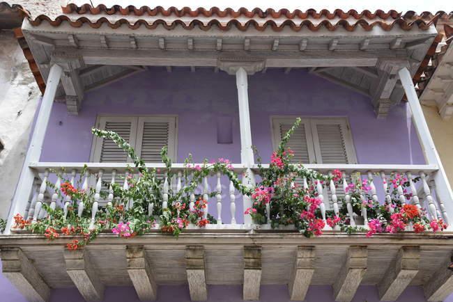 Casa violeta con balcón de madera - foto de stock