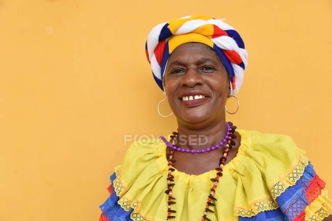 Dama en traje nacional sonriendo - foto de stock