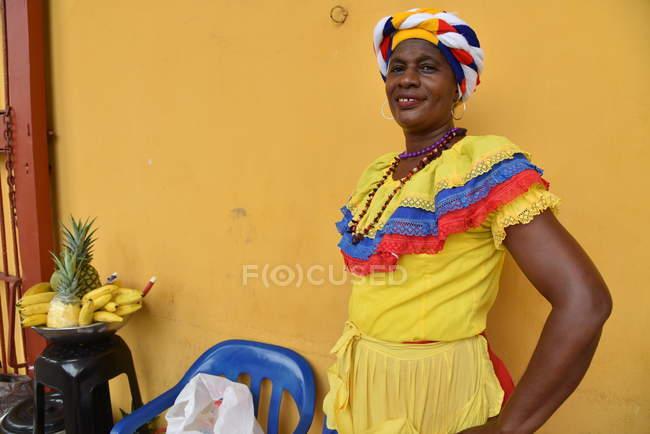 Signora in abito nazionale sorridente — Foto stock