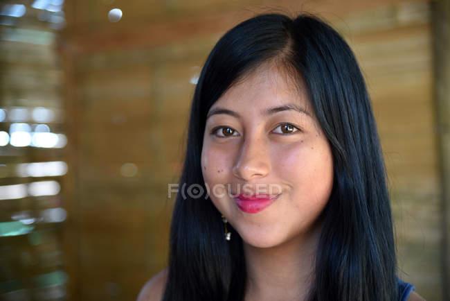 Latin woman smiling and looking at camera — Stock Photo