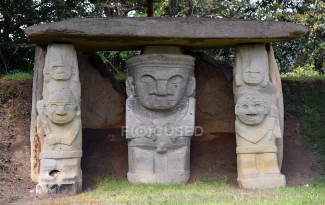 Tumba con figuras de piedra - foto de stock
