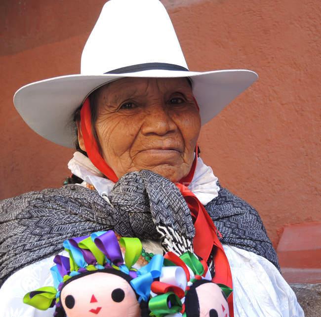 Літня жінка продає іграшки на вулиці — стокове фото