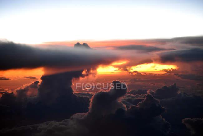 Драматичні захід сонця над хмарами — стокове фото