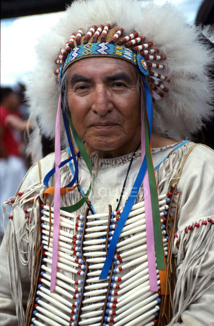 Old Cheyenne chief with feathers — Stock Photo