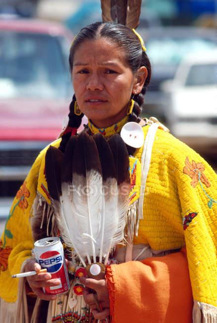 Señora Yakima con plumas, cigarrillo y bebida - foto de stock