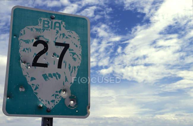 Дорожный знак с 27 номером — стоковое фото