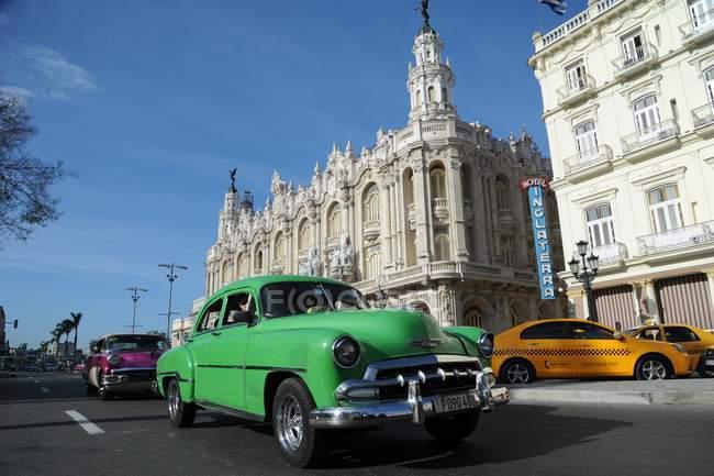 Олдтаймер автомобили возле отеля Inglaterra — стоковое фото
