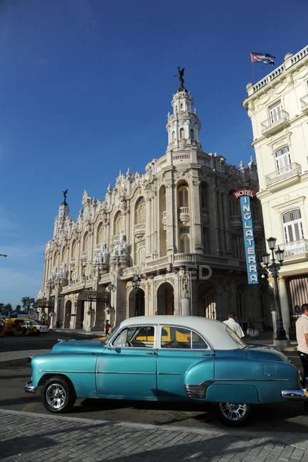 Синий автомобиль напротив отеля Inglaterra — стоковое фото