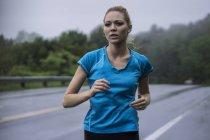 Junge Frau, jogging — Stockfoto