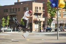 Hombre haciendo flip 360 mientras que skateboarding en el Parque - foto de stock