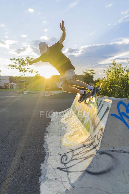 Teenage skateboarder doing grind — Stock Photo