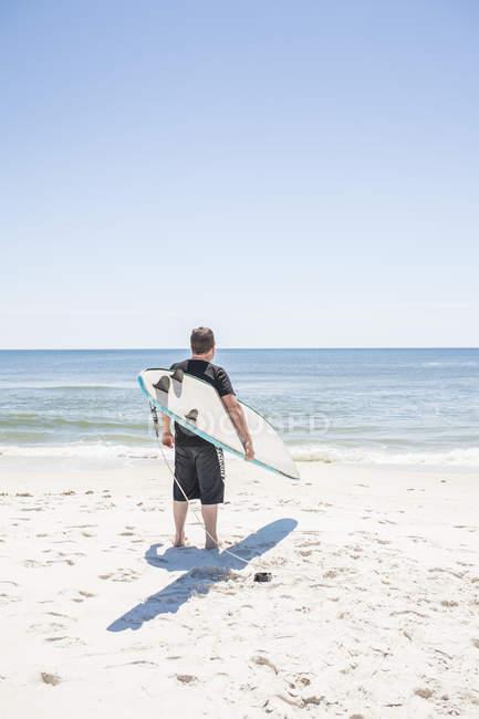 Surfista con la scheda in mani — Foto stock