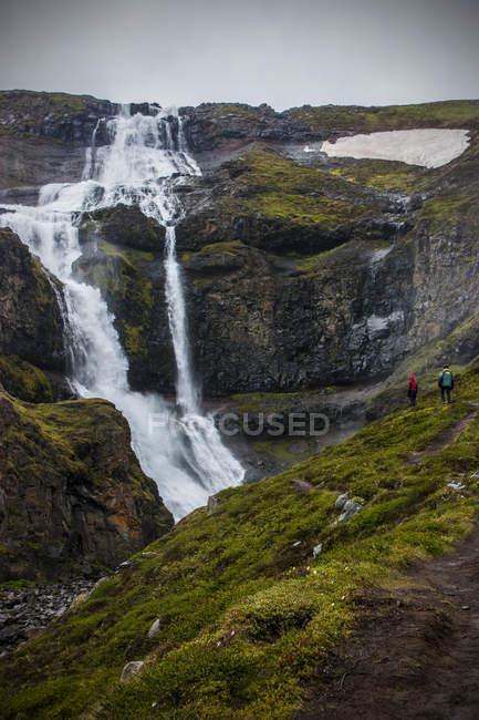 Горный водопад и скалы — стоковое фото