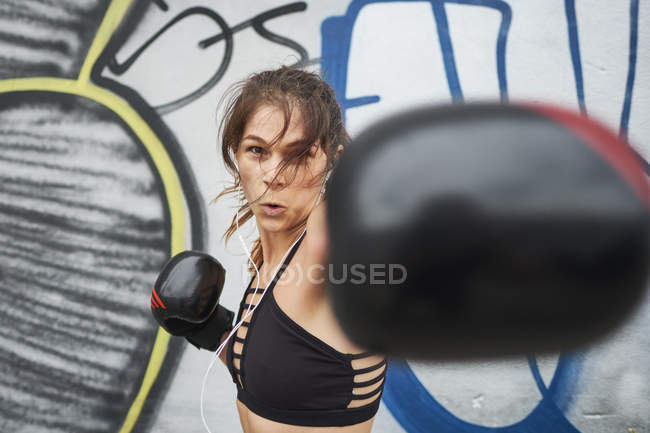 Caucasian woman using self defense training — Stock Photo