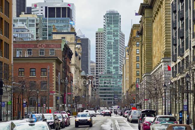 Rua da cidade no centro da cidade com prédios de escritórios com vista — Fotografia de Stock