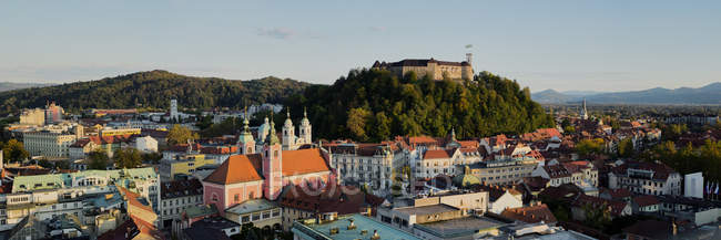 Paisagem urbana esloveno com o castelo na colina ao pôr do sol, Liubliana, Eslovénia — Fotografia de Stock