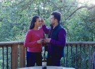 Vino bevente coppia sul balcone — Foto stock