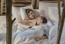 Paar schläft zusammen — Stockfoto