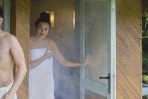 Женщина, стоя в дверях — стоковое фото