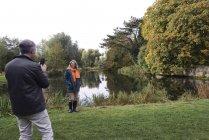 Fotografía de toma de hombre de mujer al lado del río - foto de stock