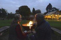 Mann und Frau, die Wein trinken, Lagerfeuer — Stockfoto
