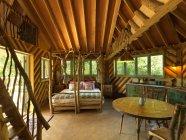 Cama sob teto cabine gabled — Fotografia de Stock