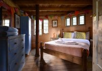 Double bed in bedroom of cabin — Stock Photo