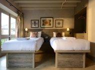 Deux lits simples dans la chambre à coucher de cabine — Photo de stock