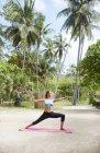 Frau praktizieren yoga — Stockfoto
