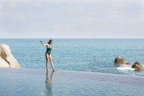 Donna a piedi in piscina — Foto stock