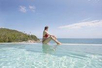 Жінка, розслаблюючий басейн — стокове фото