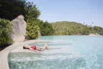 Femme relaxante dans la piscine — Photo de stock