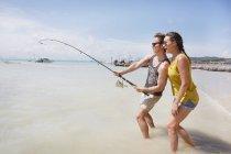 Pêche de couple sur la plage — Photo de stock