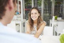 Couple assis au café — Photo de stock