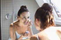 Женщина с контактными линзами — стоковое фото