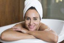 Relaxante banho de mulher — Fotografia de Stock