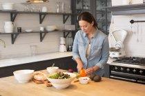 Mujer de cocinar la cena en la cocina - foto de stock