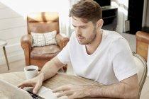 Чоловік за допомогою ноутбука. — стокове фото