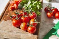 Pomodori su un tagliere di legno — Foto stock