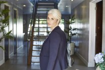 Donna d'affari posa a casa — Foto stock