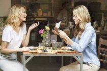 Amis dînant ensemble — Photo de stock
