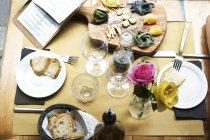 Alimentos y flores en la mesa de café - foto de stock