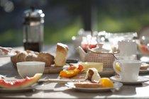 Cibo per la colazione sul tavolo da pranzo — Foto stock