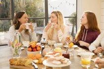 Жінки снідає разом — стокове фото