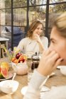 Women eating breakfast together — Stock Photo