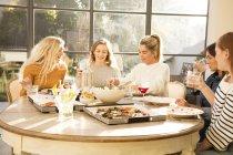 Junge Frauen zusammen Pizza essen — Stockfoto