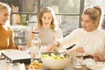 Друзі снідає разом — стокове фото